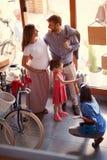 Vendedor a vender a bicicleta nova da família nova na loja imagens de stock royalty free