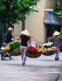 Vendedor vietnamiano do florista em Hanoi Foto de Stock Royalty Free