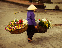 Vendedor vietnamiano do florista em Hanoi Imagem de Stock
