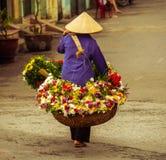 Vendedor vietnamiano do florista em Hanoi Imagens de Stock