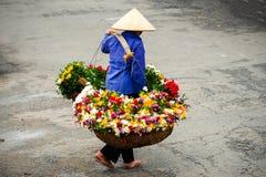 Vendedor vietnamiano do florista em Hanoi Imagens de Stock Royalty Free