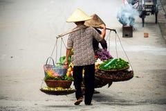 Vendedor vietnamiano do florista em Hanoi Fotos de Stock