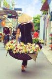 Vendedor vietnamiano do florista em Hanoi Fotografia de Stock