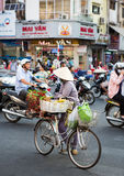 Vendedor vietnamiano que vende o alimento nas ruas Fotografia de Stock Royalty Free