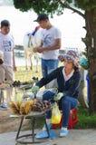 Vendedor vietnamita de verduras asadas a la parrilla Imagen de archivo libre de regalías