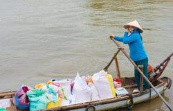 Vendedor vietnamita del arroz de la mujer en el barco Fotos de archivo libres de regalías
