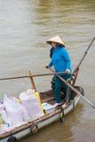 Vendedor vietnamita del arroz en el barco Fotografía de archivo libre de regalías