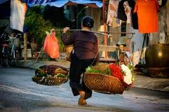 Vendedor vietnamita del florista en Hanoi Foto de archivo libre de regalías