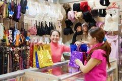 Vendedor y comprador en el contador en departamento Imagen de archivo libre de regalías