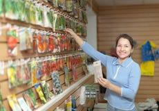 Vendedora com as sementes na loja Foto de Stock Royalty Free