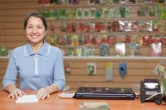 Vendedora na loja para o jardineiro Fotos de Stock Royalty Free