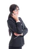 Vendedora ocupada e moderna que fala no smartphone Imagens de Stock Royalty Free