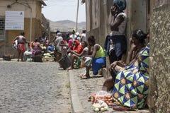 Vendedores ambulantes africanos de las mujeres en un mercado en Praia Imágenes de archivo libres de regalías