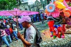 Vendedores ambulantes en la procesión del Viernes Santo, Antigua, Guatemala Fotografía de archivo libre de regalías