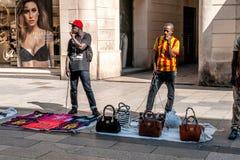 Vendedores ambulantes ilegais em Barcelona Fotografia de Stock