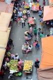 Vendedores ambulantes ilegales obstinados que ocupan la calle de la ciudad imagen de archivo