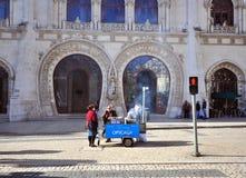 Vendedores ambulantes indeterminados na rua de Lisboa Fotografia de Stock Royalty Free
