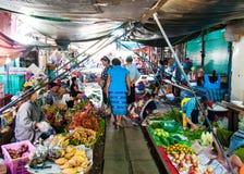 Vendedores ambulantes no mercado famoso da estrada de ferro de Maeklong Fotografia de Stock