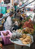 Vendedores ambulantes no mercado famoso da estrada de ferro de Maeklong Imagens de Stock