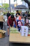 Vendedores ambulantes que venden la fruta en el borde de la carretera Fotografía de archivo libre de regalías
