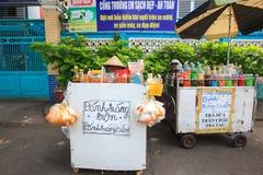 Vendedores ambulantes que venden la torta de la mezcla de la faja de las comidas Los vendedores ambulantes son muy comunes en la  Imagenes de archivo