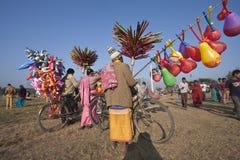 Vendedores ambulantes que venden los globos y los juguetes en Nepal Imagen de archivo libre de regalías
