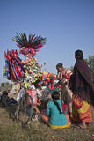 Vendedores ambulantes que venden los globos y los juguetes en Nepal Imagenes de archivo