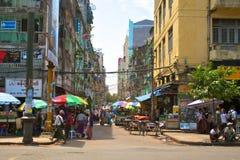 Vendedores ambulantes que venden varios productos en Yangoon Fotos de archivo libres de regalías