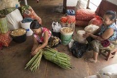 Vendedores birmanos de las mujeres dentro de un barco en el río de Irrawaddy foto de archivo libre de regalías
