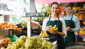 Vendedores com as bananas no mercado Imagens de Stock