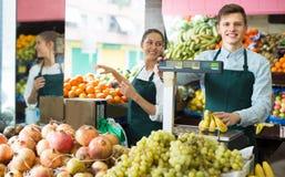 Vendedores com as bananas no mercado Fotografia de Stock Royalty Free