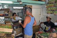 Vendedores, comprador y productos alimenticios del ultramarinos Imagen de archivo libre de regalías