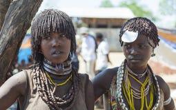 Vendedores das mulheres de Hamar no mercado da vila Abaixe Omo V Foto de Stock