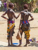 Vendedores das mulheres de Hamar no mercado da vila Turmi lowe Fotografia de Stock Royalty Free