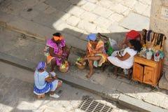 Vendedores das mulheres em Havana Cathedral em Havana Street idosa em Cuba imagens de stock