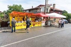 Vendedores das panquecas na vila de Bulgari em Bulgária Fotografia de Stock Royalty Free