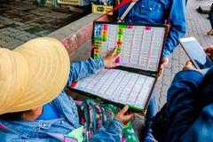 Vendedores de boleto tailandeses de lotería del gobierno en el mercado callejero imagen de archivo