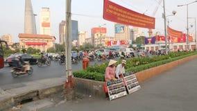 Vendedores de calle falsos de los vidrios de sol en Ho Chi Minh, Vietnam metrajes