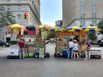 Vendedores de comida de la calle de New York City en la 5ta avenida, cerca del museo de arte metropolitano, haber encontrado, Man Imágenes de archivo libres de regalías