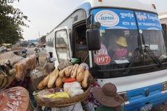 Vendedores de comida de la calle en el término de autobuses Imagenes de archivo