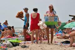 Vendedores de comida en la playa Imagen de archivo libre de regalías