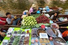Vendedores de flutuação do alimento do mercado Fotografia de Stock Royalty Free