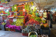 Vendedores de la fruta en el mercado del KR, Bangalore fotos de archivo