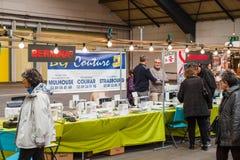 Vendedores de la máquina de coser en el mercado Imagen de archivo