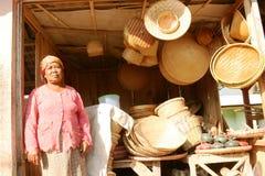 Vendedores de las artesanías de bambú Fotos de archivo