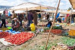 Vendedores de las frutas y verduras en un mercado Imagen de archivo