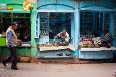 Vendedores de pequeñas tiendas y gente de los transeúntes Fotografía de archivo libre de regalías