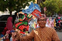 Vendedores de Wayang Kulit nas ruas, ao exibir seus produtos de venda em Tegal/Java central, Indon?sia, foto de stock royalty free