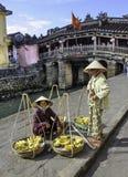 Vendedores do fruto no hoi em Vietnam Fotos de Stock Royalty Free
