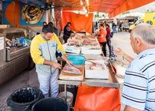 Vendedores dos peixes no delle Femmine de Isola ou na ilha do mercado das mulheres, Palermo, Sicília imagens de stock royalty free